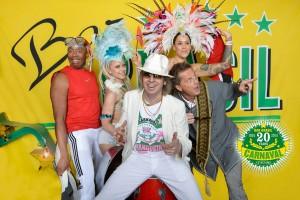 """Johan von Friedrichs e convidados de Carnaval do Caribe; Uncle Eric, Thomas Gylling e ritmistas de """"steelpans""""."""