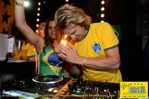 """Bar Brasil Estocolmo, VM 2014 på Debaser Strand. """"Gud hör bön""""."""
