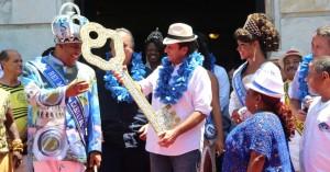 Prefeito Eduardo Paes entrega a chave ao Rei Momo, Wilson Dias da Costa Neto. Foto: Fernando Maia/UOL, O Globo, 2015.